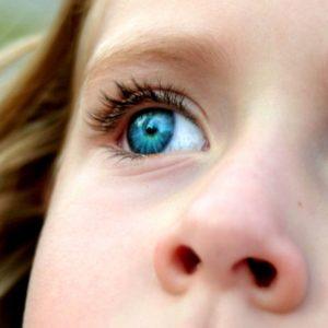 Com que idade as crianças podem começar a usar lentes de contato?