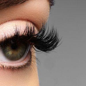 Maquiagem mal tirada pode provocar queda dos cílios