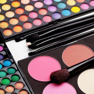 O compartilhamento de maquiagem pode causar problemas oculares