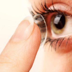 Comprei uma lente de contato na óptica e ela não fica no meu olho, sai do lugar o tempo todo. Por quê?
