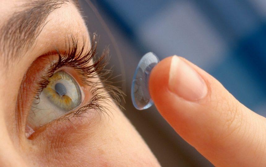 Fim de ano : como cuidar dos olhos e das lentes de contato durante as viagens