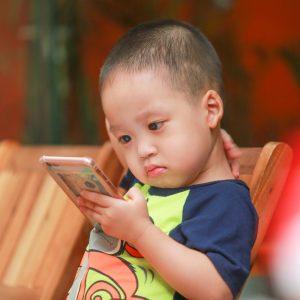 OMS divulga recomendações sobre uso de aparelhos eletrônicos por crianças de até 5 anos
