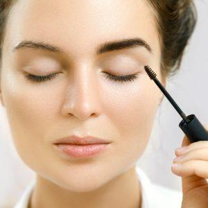 Confira a validade dos produtos usados na área dos olhos