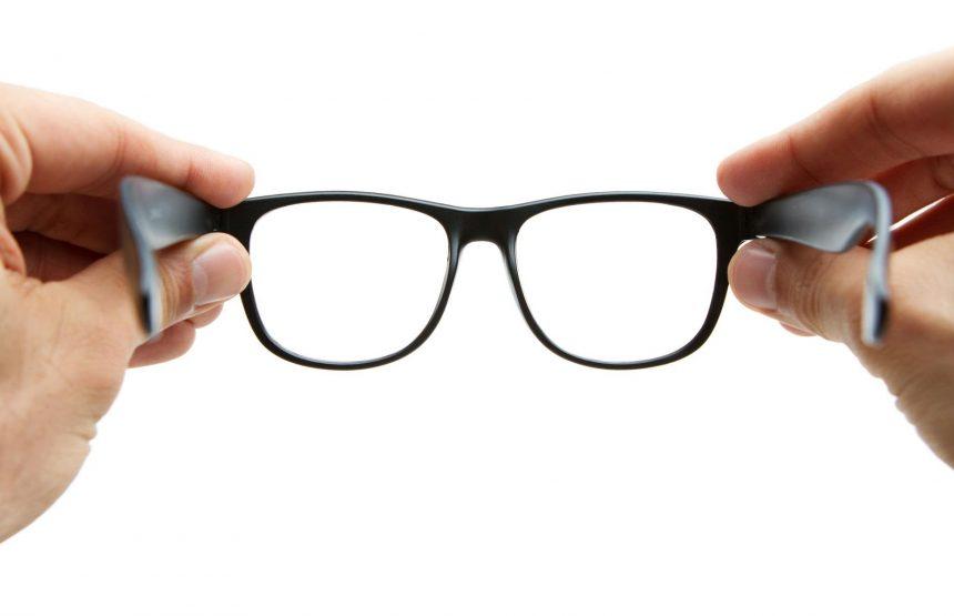Por vergonha de usar óculos, ele perdeu 90% da visão do olho esquerdo